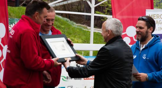 Zakończenie Team Zalewo odbiera nagrodą od v-ce Burmistrza Mrągowa